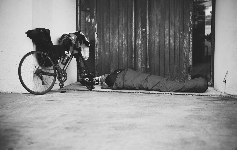 kleines Nickerchen bei einem Bikepacking-Rennen mit Apidura-Taschen