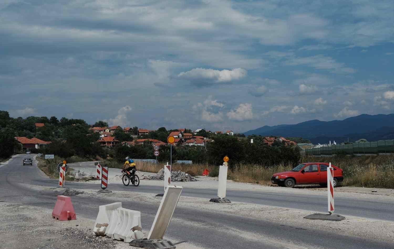 Bjorn Lenhard cycles through roadworks in Serbia